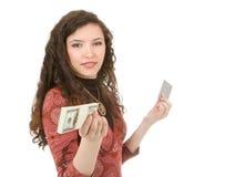 Jonge vrouw die geld toont Royalty-vrije Stock Afbeeldingen