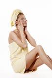 Jonge vrouw die gele handdoek dragen Stock Foto's