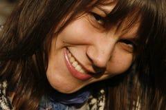 Jonge vrouw die gelukkig glimlacht royalty-vrije stock afbeelding