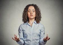 Jonge vrouw die gesloten ogen mediteren royalty-vrije stock foto's