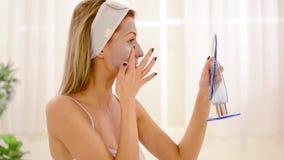 Jonge Vrouw die Gezichtsmasker toepassen stock videobeelden