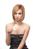 Jonge vrouw die gezond brood proeft en het haat Stock Afbeeldingen