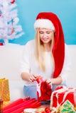 Jonge vrouw die giften voorbereiden op Kerstmis Royalty-vrije Stock Foto's