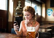 Jonge vrouw die goed nieuws ontvangen Stock Foto