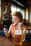 Jonge vrouw die goed nieuws ontvangen Royalty-vrije Stock Afbeelding