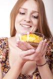 Jonge vrouw die graangewassen eet Royalty-vrije Stock Afbeelding