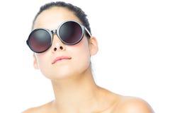 Jonge vrouw die grote zonnebril dragen Stock Foto