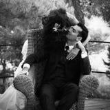Jonge vrouw die haar echtgenoot kust Royalty-vrije Stock Foto