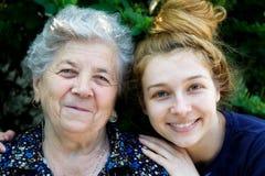 Jonge vrouw die haar grootmoeder koestert Royalty-vrije Stock Foto