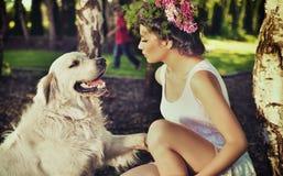 Jonge vrouw die haar hond opleidt Stock Afbeelding