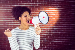 Jonge vrouw die haar megafoon in het licht met behulp van Stock Foto's