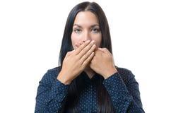 Jonge vrouw die haar mond behandelen met haar handen Stock Foto