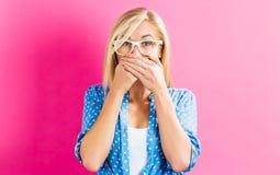 Jonge vrouw die haar mond behandelt Stock Foto