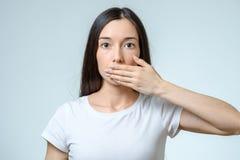 Jonge vrouw die haar mond behandelt Stock Afbeelding