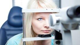 Jonge vrouw die haar onderzochte ogen heeft stock foto's