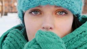 Jonge vrouw die haar proberen dicht op te warmen handen langzame motie stock videobeelden