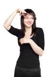 Jonge vrouw die haar rand snijdt stock foto's