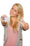 Jonge vrouw die haar rijbewijs tonen Stock Foto's