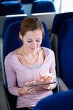 Jonge vrouw die haar tabletcomputer met behulp van Royalty-vrije Stock Foto