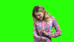 Jonge vrouw die haar taille met een maatregelenband meten stock footage