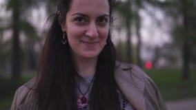 Jonge vrouw die haar telefoon met sakurabloesem met behulp van op de achtergrond - Levensstijl stock videobeelden