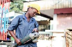 Jonge vrouw die haar werkend hulpmiddel houden Royalty-vrije Stock Foto