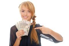 Jonge vrouw die in hand dollars van het contant geldgeld houdt Stock Afbeeldingen