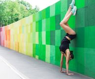 Jonge vrouw die handstand op stadsstraat doen royalty-vrije stock afbeelding