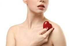 Jonge vrouw die hart gevormd suikergoed toont. Dicht gezicht Royalty-vrije Stock Afbeeldingen