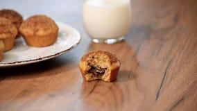 Jonge vrouw die heerlijke muffin eten stock footage