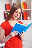 Vrouw die het boek lezen Stock Foto