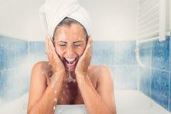 Jonge Vrouw die het Gezicht wassen stock fotografie