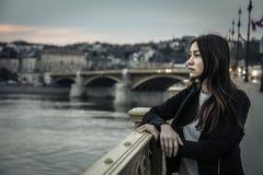 Jonge vrouw die het landschap bekijken stock foto