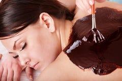 Jonge vrouw die het masker van chocoladebodyl heeft. Royalty-vrije Stock Afbeeldingen