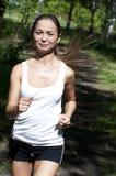 Jonge vrouw die in het park in de zomer aanstoot Stock Foto