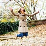 Jonge vrouw die, in het park springen royalty-vrije stock foto