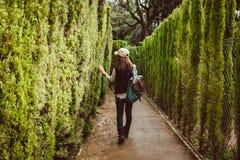 Jonge vrouw die in het parklabyrint lopen stock afbeelding
