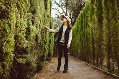 Jonge vrouw die in het parklabyrint lopen royalty-vrije stock foto's
