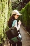 Jonge vrouw die in het parklabyrint lopen royalty-vrije stock afbeelding