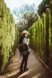 Jonge vrouw die in het parklabyrint lopen royalty-vrije stock afbeeldingen