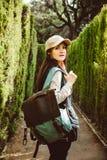 Jonge vrouw die in het parklabyrint lopen stock fotografie