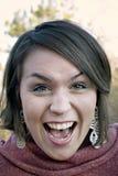 Jonge vrouw die, het schreeuwen, het schreeuwen gilt stock foto's