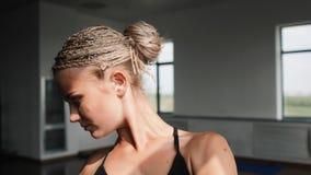 Jonge vrouw die, het uitrekken zich en opleidingsgeschiktheidsoefening uitoefenen Gezond, geschiktheid, wellnesslevensstijl Sport stock footage