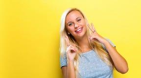 Jonge vrouw die het vredesteken geven Royalty-vrije Stock Fotografie