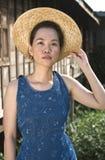 Jonge vrouw die hoed draagt openlucht Stock Afbeeldingen