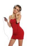 Jonge Vrouw die Hoofdtelefoons draagt die aan muziek luisteren Stock Foto's