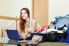 Jonge vrouw die hotel op Internet reserveren Stock Foto's