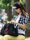 Jonge vrouw die iets in uw handtas zoekt Royalty-vrije Stock Foto