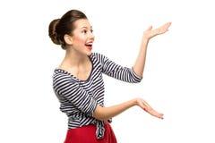 Jonge vrouw die iets voorstelt Royalty-vrije Stock Afbeelding