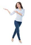 Jonge vrouw die iets voorstelt Stock Afbeelding